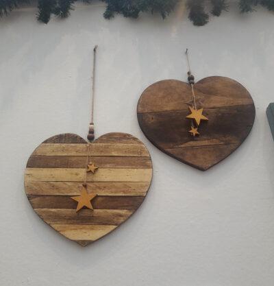 Corazón artesanal en madera reciclada.